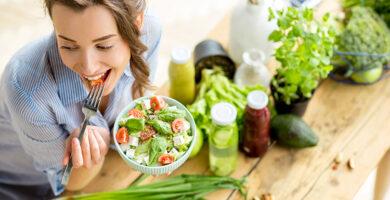 10 Recetas de Ensaladas Cetogénicas llenas de Proteínas